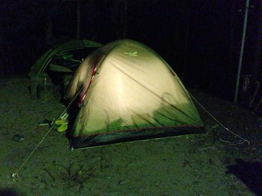 夜のテント外観