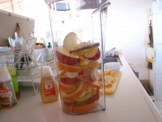 フルーツを入れ物に入れる