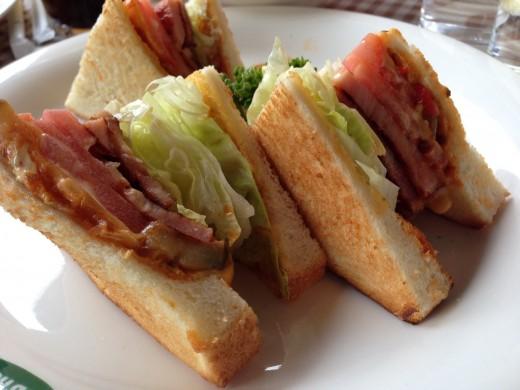 厚切りベーコンとラタトゥイユのサンドイッチ