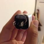 あわや大惨事!! iPhoneの充電ケーブルコンセントの差し込み口に1円玉がくいこんで燃えかけていた